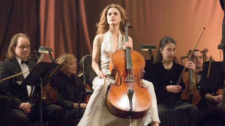 The cellist Lyla Novacek (Keri Russell) in the movie August Rush - Movie Outfits and Products