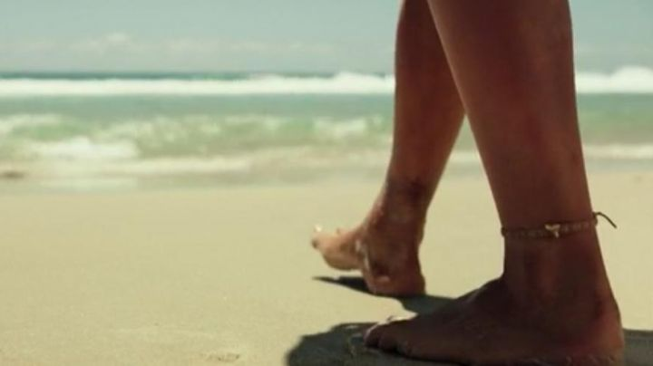 The chain ankle of Nancy Adams (Blake Lively) in Survival Instinct (The Shallows) - Movie Outfits and Products