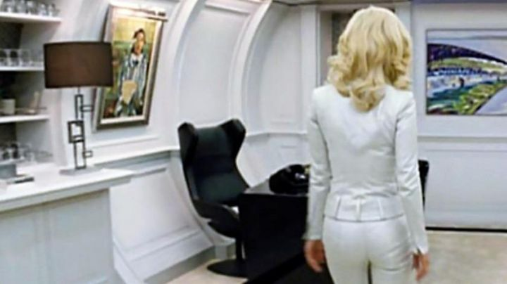 The chair Grand Repos Lounge view behind Emma Frost (January Jones) in My the beginning - Movie Outfits and Products