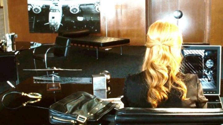 The chair in the office of Pepper (Gwineth Paltrow) in Iron man - Movie Outfits and Products