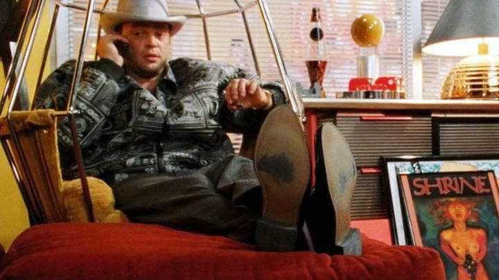 The chair suspended from Raji (Vince Vaughn) in Be Cool - Movie Outfits and Products