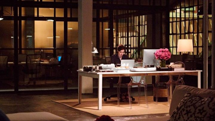 The chairs transparent Kartell by Philippe Starck in The New Intern movie
