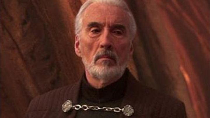 The clasp of the cape of count Dooku (Christopher Lee) in Star Wars II : attack of The clones - Movie Outfits and Products