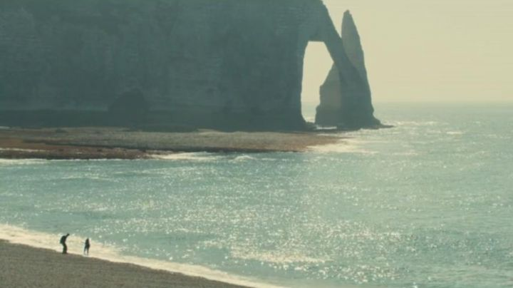 The cliffs of Etretat in The list of my desires (Mathilde Seigner) - Movie Outfits and Products