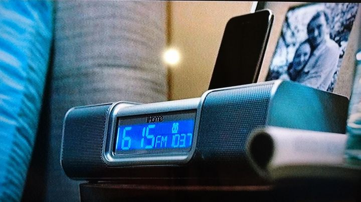 The clock radio with dock apple of Phil Winslow (Lee Pace) in Marmaduke - Movie Outfits and Products