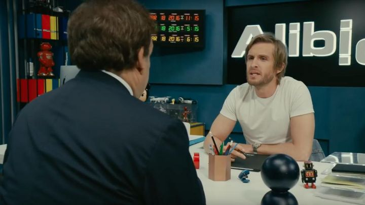 The clock type Back To the future in the office of Gregory (Philippe Lacheau) in Alibi.com - Movie Outfits and Products