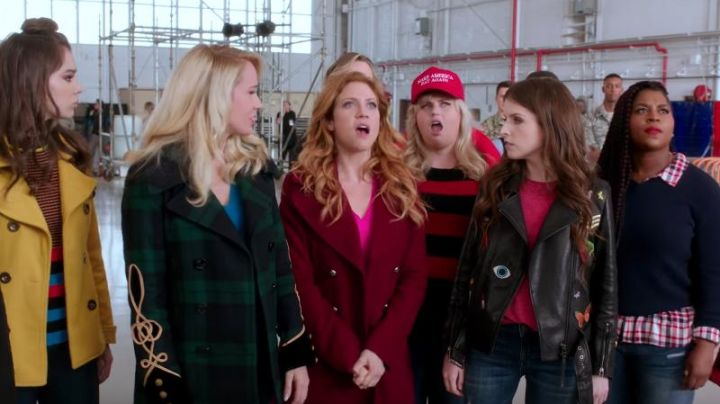 The coat BCBGeneration burgundy Chloe (Brittany Snow) in Pitch Perfect 3 - Movie Outfits and Products