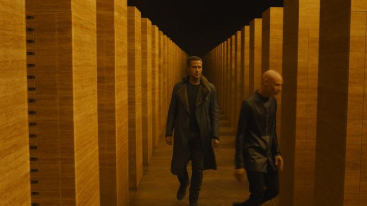 Fashion Trends 2021: The coat fur collar (version Urban Outfitters) officer K (Ryan Gosling) in Blade Runner 2049