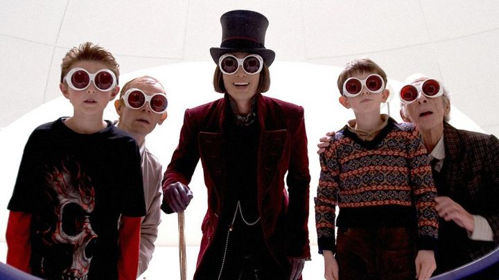 The coat in burgundy velvet Willy Wonka (Johnny Depp) in Charlie and the chocolate factory - Movie Outfits and Products