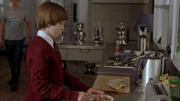 The coffee machine Will Freeman (Hugh Freeman) in For A Boy - Movie Outfits and Products