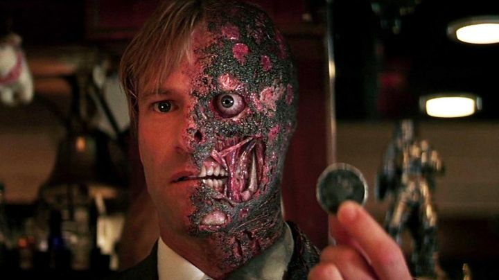The coin of two-Face / Harvey Dent (Aaron Eckhart) in The Dark Knight : The black Knight - Movie Outfits and Products