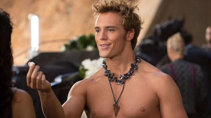 Fashion Trends 2021: The collar of Finnick Odair (Sam Claflin) in the Hunger Games : The Kindling