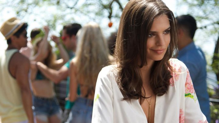 The collar of Sophie (Emily Ratajkowski) in We Are Your Friends movie