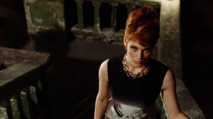 Fashion Trends 2021: The collar of Strawberry Fields (Gemma Arterton) in Quantum of Solace