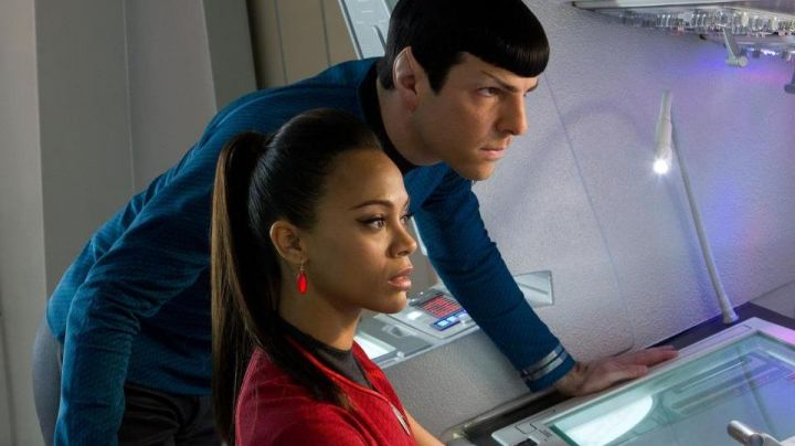 The collier vulcan of Nyota Uhura (Zoe Saldana) in Star Trek without limits - Movie Outfits and Products