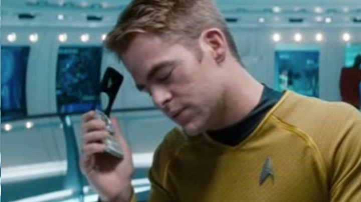 The communicator of James Kirk (Chris Pine) in Star Trek Into Darkness - Movie Outfits and Products