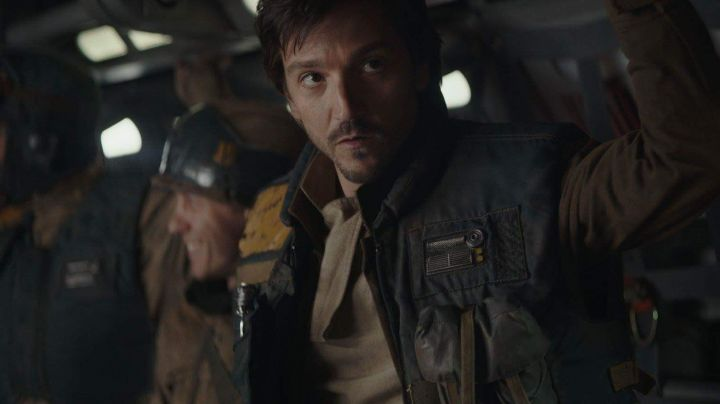 Fashion Trends 2021: The complete outfit in vest Cassian Andor (Diego Luna) in Rogue One : A Star Wars Story