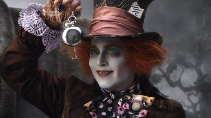 The complete outfit of the Mad Hatter (Johnny Depp) in Alice in wonderland movie