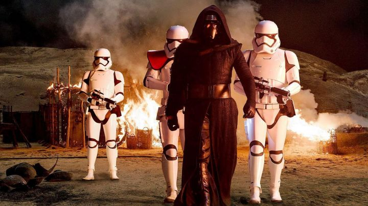 """Fashion Trends 2021: The costume and the helmet of Kylo Ren (Adam Driver) in """" Star Wars VII : The Awakening of the Force"""