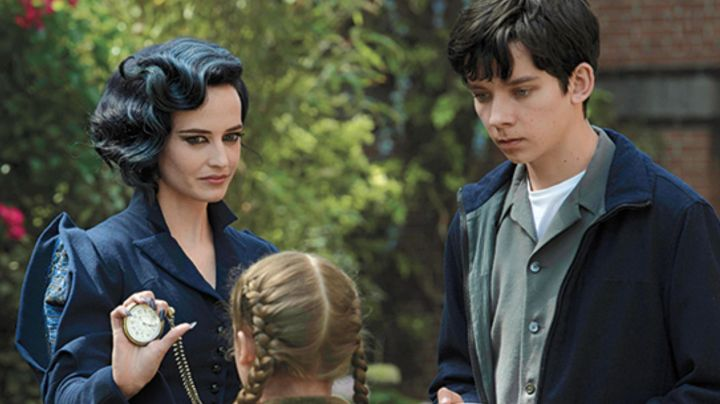The costume / cosplay of Miss Peregrine (Eva Green) in Miss Peregrine and the children in particular Movie