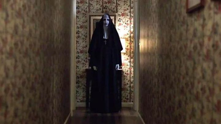 The costume of the nun demonic / Valak the demon (Bonnie Aarons) in the movie Conjuring 2 - Movie Outfits and Products