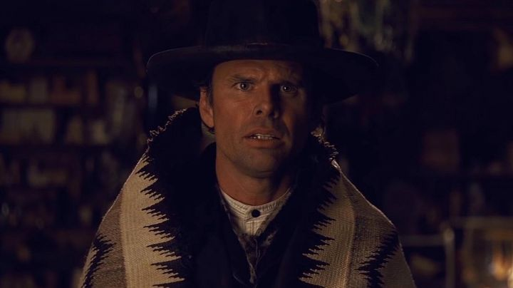 The coverage of the Sheriff Chris Mannix (Walton Goggins) in The 8 guys Movie