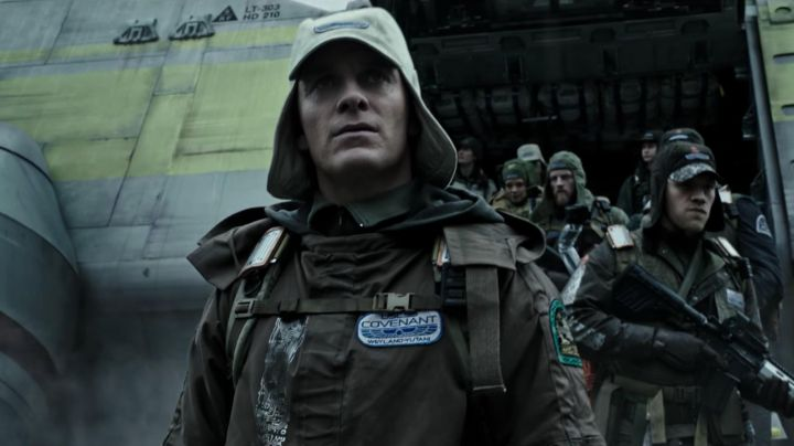 The crest of the crew of the Covenant Weyland Corp Daniel (Michael Fassbender) in Alien : Covenant - Movie Outfits and Products