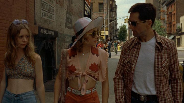 The crop top with flowers of Iris Steensma / Easy (Jodie Foster) in Taxi Driver
