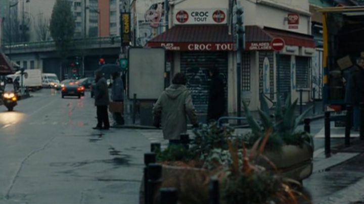 The crossroads of the Croc While in Saint-Ouent in the film A love of youth - Movie Outfits and Products