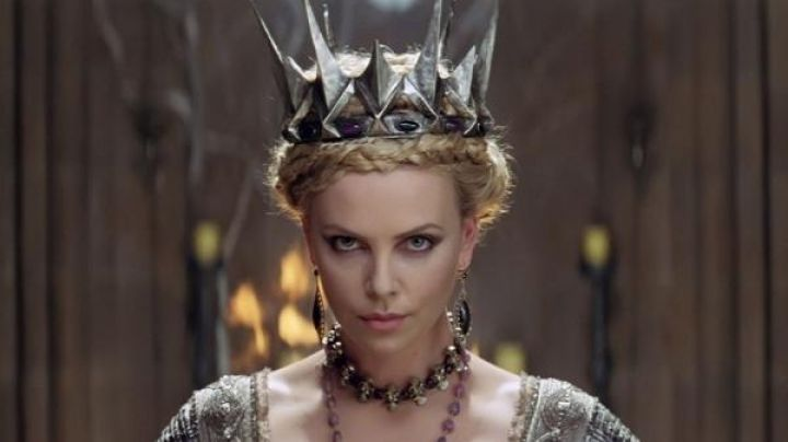 Fashion Trends 2021: The crown of queen Ravenna (Charlize Theron) in Snow White and the huntsman