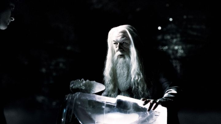 The cut crystal of Albus Dumbledore (Michael Gambon) to retrieve the necklace of Salazar Slytherin in Harry Potter and the prince de Sang-Mélé Movie