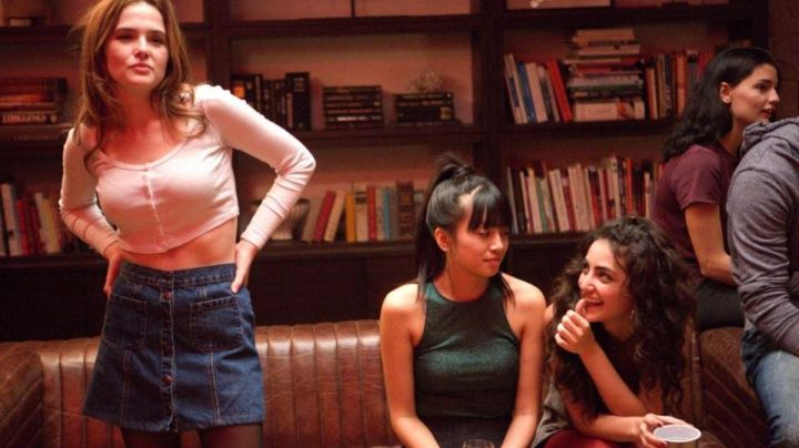 The denim skirt Samantha (Zoey Deutch) in The Last day of my life