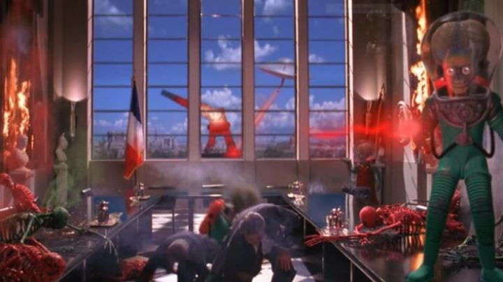 The destruction of the Eiffel Tower in Mars attacks ! - Movie Outfits and Products