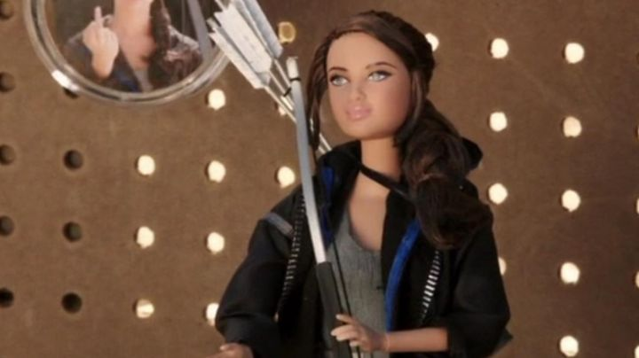 The doll Kantmiss Evershot (Maiara Walsh) in The Starving Games - Movie Outfits and Products