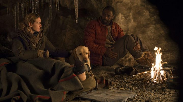 Fashion Trends 2021: The down jacket red Dr Ben Bass (Idris Elba) in The mountain between us