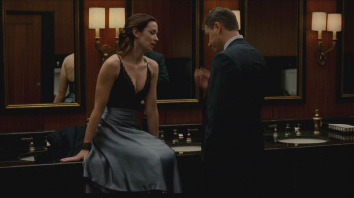 Fashion Trends 2021: The dress blue satin from Elise Sellas (Emily Blunt) in The Agency