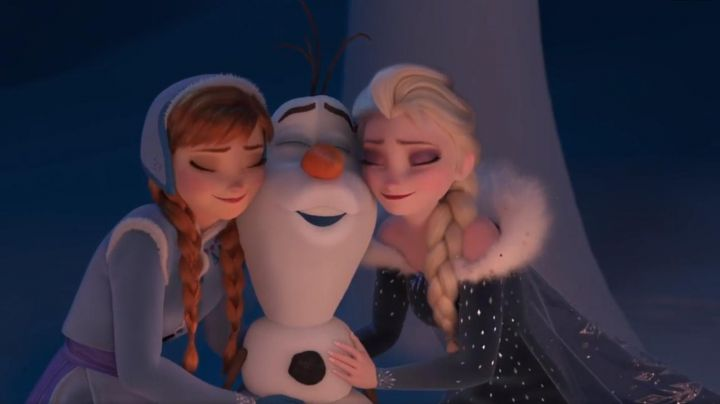 The dress costume of Elsa for a child in The snow queen Happy holidays with Olaf - Movie Outfits and Products