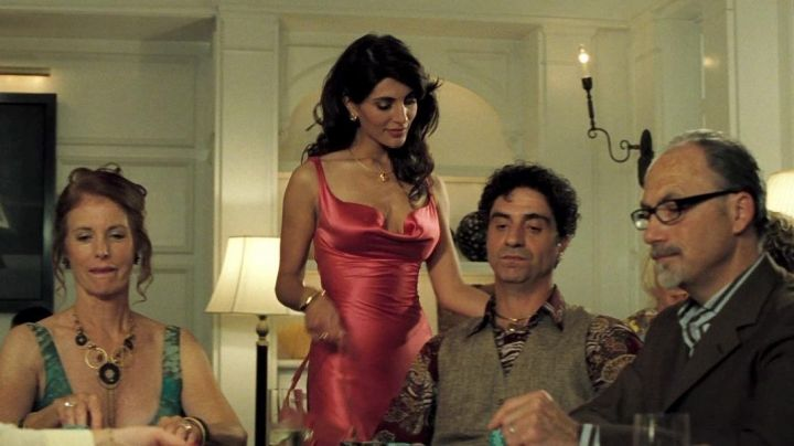 Fashion Trends 2021: The dress in pink satin with Solange (Caterina Murino) in Casino Royale