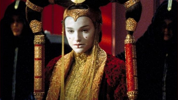 The dress in the senate of Padme Amidala (Natalie Portman) in Star Wars I : The phantom menace - Movie Outfits and Products