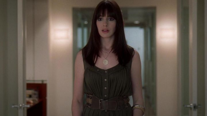 The dress khaki worn by Andrea Sachs (Anne Hathaway) in the Devil wears Prada movie