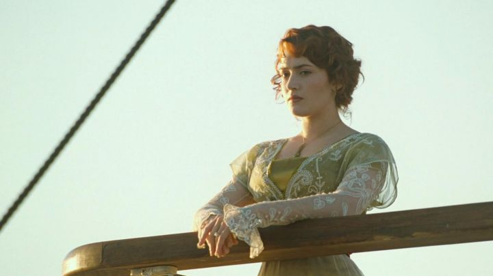The dress of Rose DeWitt Bukater (Kate Winslet) when she is on the deck in  the movie Titanic Movie