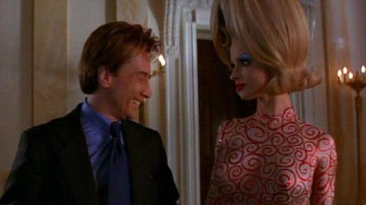 The dress of the Alien (Lisa Marie) in Mars Attacks! - Movie Outfits and Products