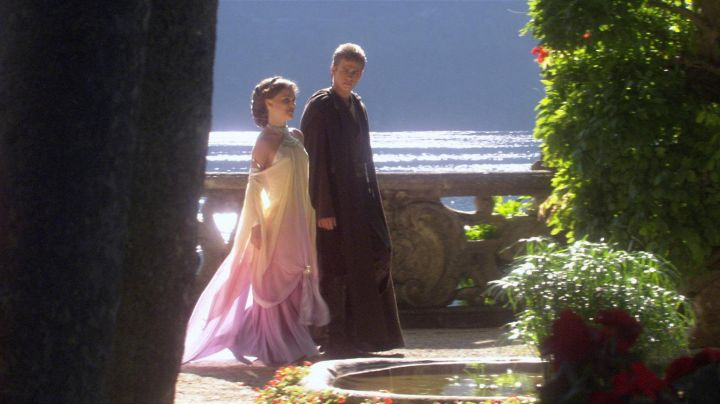The dress of the Lake of Padme Amidala (Natalie Portman) in Star wars Episode II : attack of The clones - Movie Outfits and Products