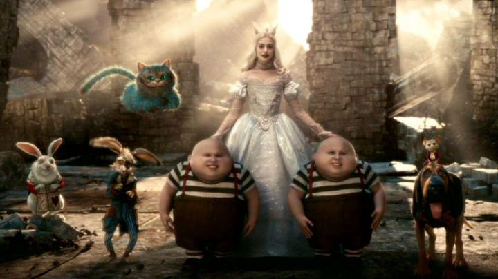 Fashion Trends 2021: The dress of the white queen (Anne Hathaway) in the movie Alice in wonderland