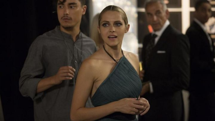 The dress (or top) Charcoal gray Sarah (Teresa Palmer) in 2: 22 movie