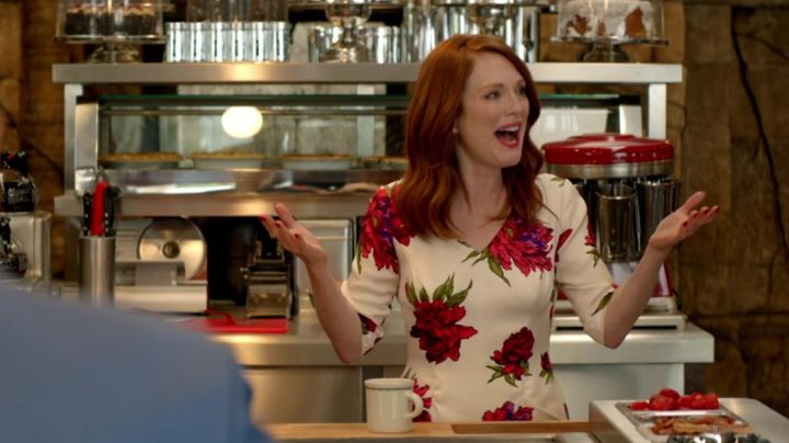 Fashion Trends 2021: The dress with flowers of Poppy (Julianne Moore) in Kingsman : The golden circle