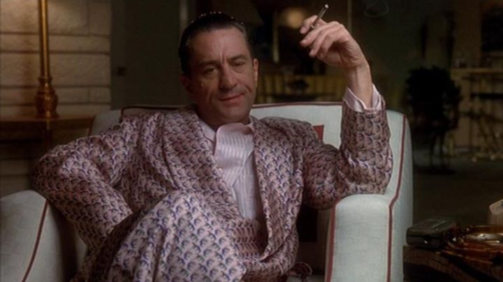 The dressing gown in pink silk of Sam Rothstein / Ace (Robert De Niro) in Casino - Movie Outfits and Products