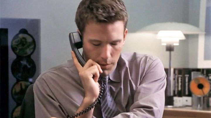 The drive-CB B & O Beosound 900 behind Ben Affleck in An infinite love - Movie Outfits and Products