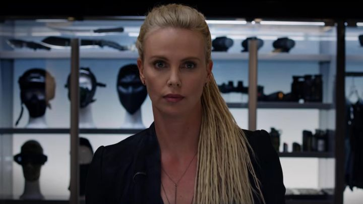 The earrings of Cipher (Charlize Theron) in Fast and Furious 8 movie