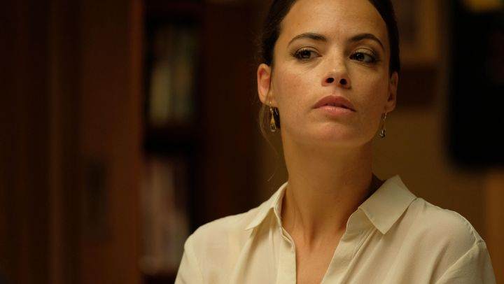 The earrings of Marie (Bérénice Bejo) in The Game movie